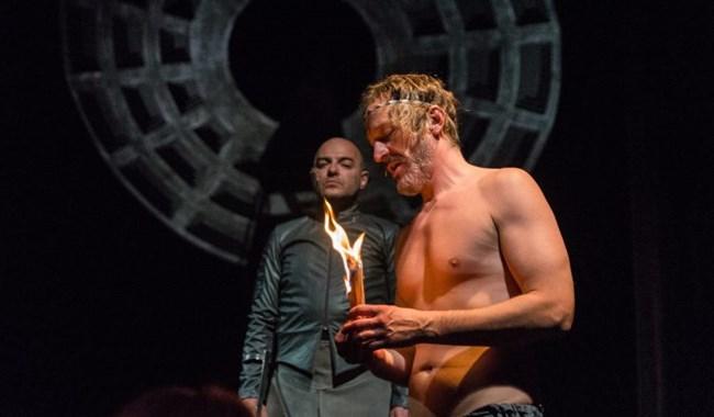 """Сцена от """"Калигула"""" - хит в Народния театър, с участието на Деян Донков"""