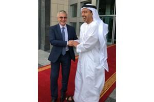 Посланик Румен Петров и външният министър на Обединените арабски емирства шейх Абдула бин Зайед ал Нахан демонстрират дружески отношения в Абу Даби. По това време Петров е специален съветник на Захариева по арабските въпроси.
