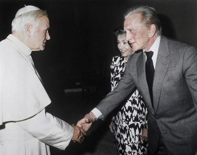 Папа Йоан Павел II се ръкува с американския актьор Кърк Дъглас по време на частна аудиенция на 21 юни 1989 г. във Ватикана