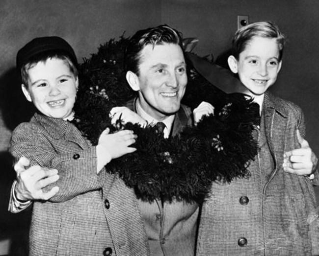 Кърк Дъглас със синовете си, Джоел (от ляво) и Майкълс в Куинс, Ню Йорк, САЩ на 15 декември 1953 г..