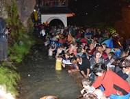 Хиляди търсиха изцерение край планински извор (Снимки)