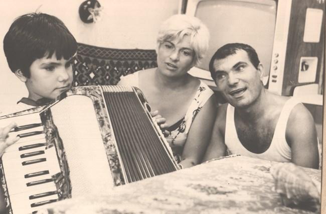 """Малката Мартина свири на акордеон във филма """"Гибелта на Александър Велики"""". Вижте как само я гледа баща й..."""