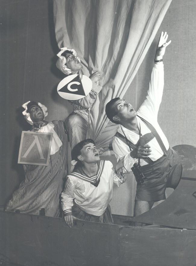 """В пиесата """"Баба, дядо, мама, татко и ние"""" в Сатиричния театър"""