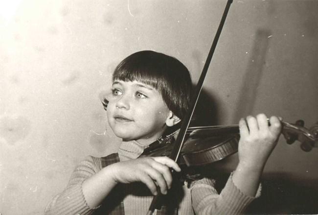 """Мила Георгиева се влюбва в цигулката на 4-годишна възраст, а на 8 г. вече е наричана """"детето чудо"""". Още 13-годишна заминава да учи в САЩ, а сега е концертмайстор на симфоничния оркестър на радио """"Щутгарт""""."""