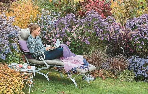 Кът за отдих в есенната градина