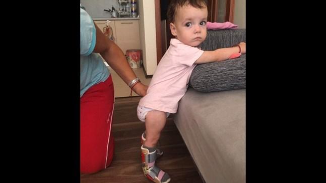 Малката Стефани ходи настрани