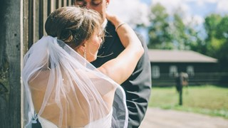 Защо мъжете обичат една, а се женят за друга