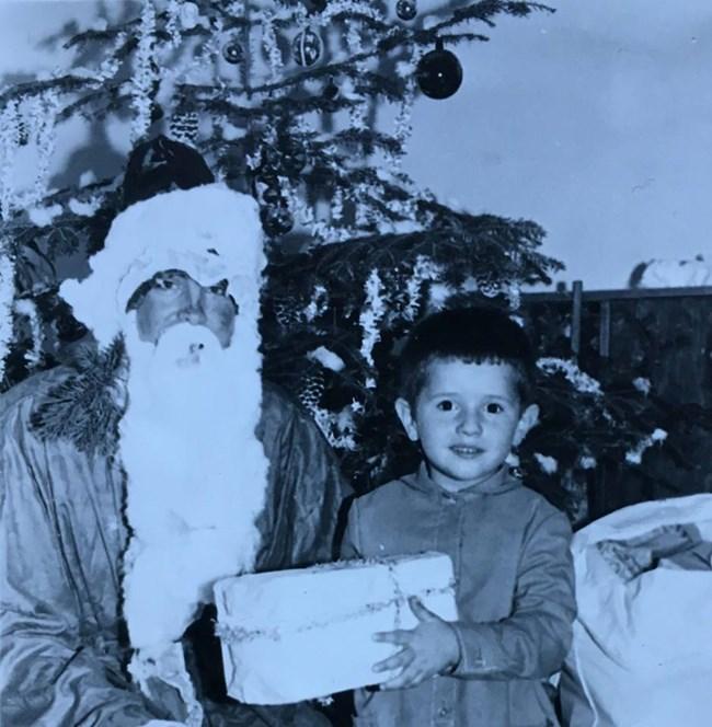 Детска снимка на режисьора Стилиян Иванов, на която получава подарък от Дядо Мраз.