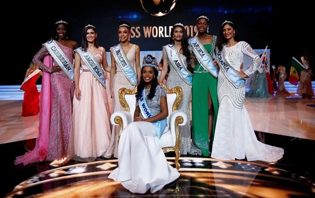 Мис Свят 2019 Ан-Тони Синг от Ямайка празнува победата в конкурса с другите претендентки за титплата.  СНИМКА: РОЙТЕРС