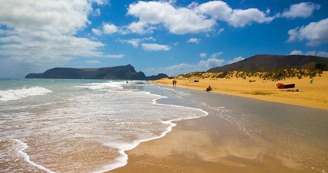 Порто Санту е чудесно място за любителите на плуването и плажовете, за разлика от Мадейра