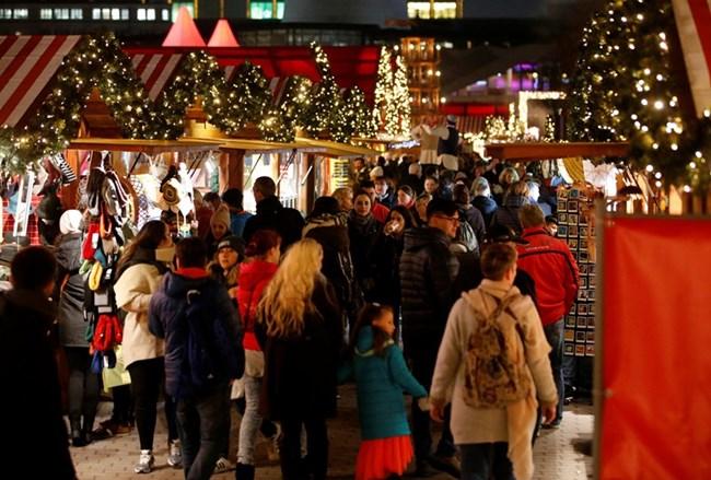 Коледният базар на Александерплатц в Берлин привлича много посетители  СНИМКИ : Ройтерс