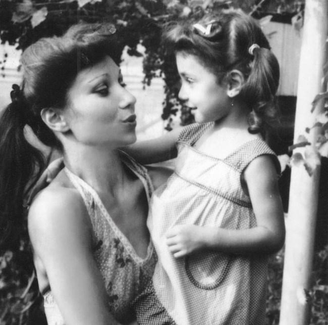 Мария Илиева като малка в прегръдките на майка си. Певицата вече знае какво е на нейното място. Тя роди първото си дете Александър преди почти година и половина.