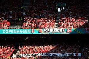 """В 10-ата минута на втория мач на Евро 2020 - срещу Белгия, феновете вдигнаха транспарант """"Кристиан, цяла Дания е с теб""""."""