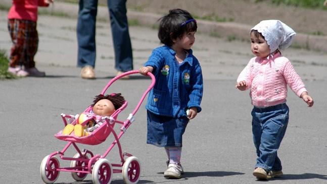 Защо играта на количка с бебе е важна за момиченцата?