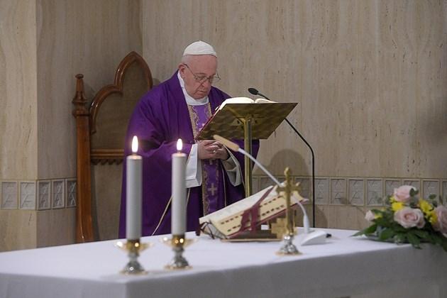 Свещеник, който живее в същата резиденция като папата, е с коронавирус