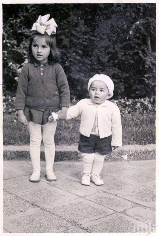 С тази снимка премиерът Бойко Борисов поздрави децата на 1 юни преди няколко години. На нея е хванал за ръка по-голямата си сестра Красимира .