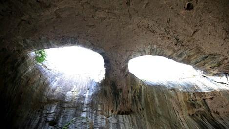 Очите на Бога надничат от скалите в пещерата Проходна