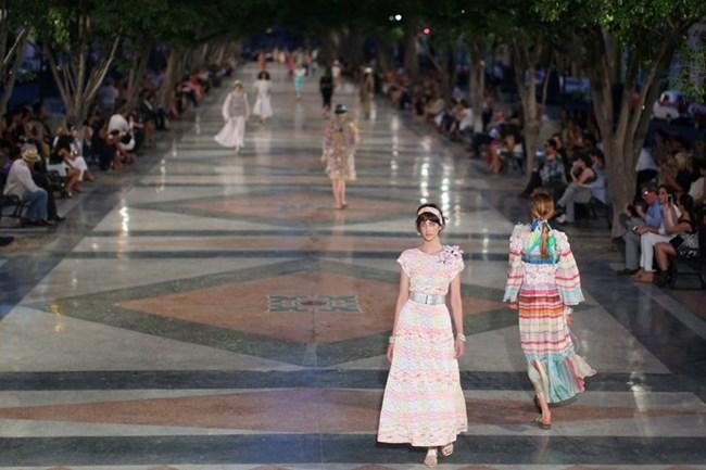 """Дизайнерът Карл Лагерфелд, който е част от компанията от 1983 година, се похвали с новата си сезонна круизна колекция, която била вдъхновена от """"културното богатство и отварянето на Куба""""."""