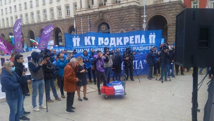 Върху количката е подписката на 110 000 души за защита на въглищната енергетика
