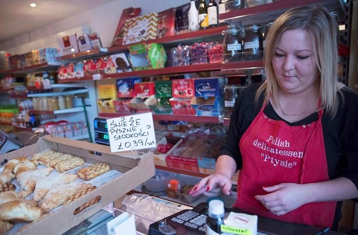 Жена работи в магазин за полски деликатеси. Хиляди европейци като нея трябва час по-скоро да оправят статута си за оставане във Великобритания.