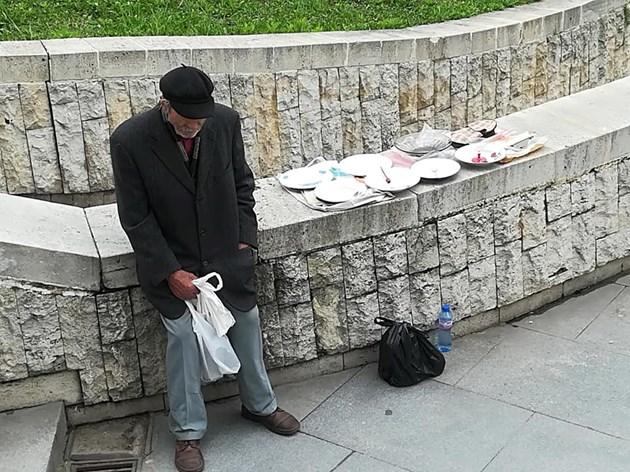 Пенсионер продава последната си посуда