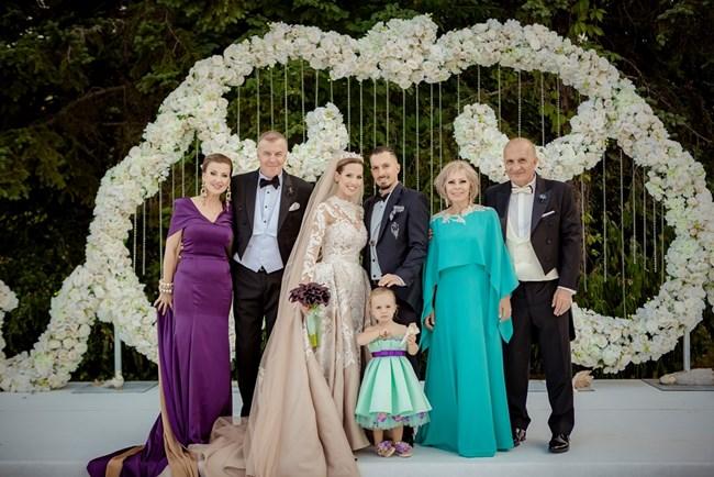 Младоженците с родителите си и малката Илиана