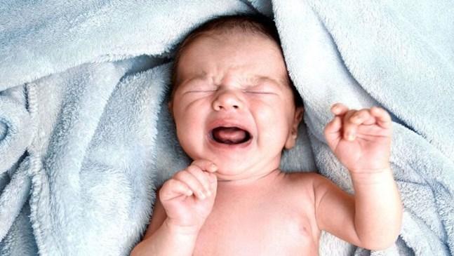 Бебето плаче, когато не го държа