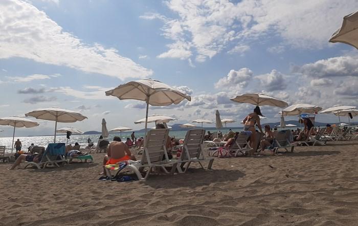 Шезлонгите и чадърите по плажовете бяха разредени, за да има отстояние от поне метър между тях.