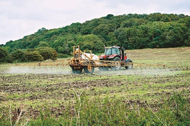 """Европейските фермери се опасяват, че """"Зелената сделка"""" ще ги направи неконкурентоспособни. За да забрани ефективен продукт, ЕС трябва да предложи нова, също толкова ефективна алтернатива и своевременно да бъде одобрена."""