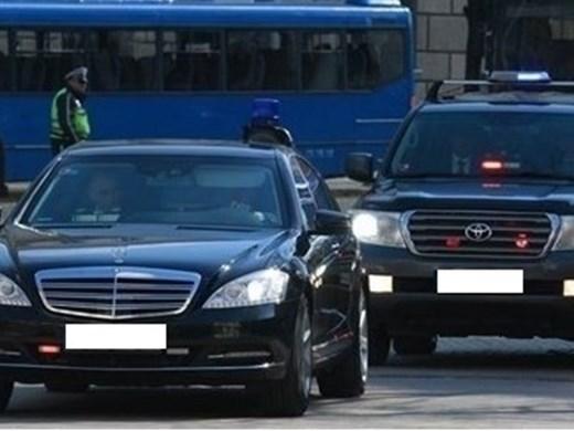 Кола на НСО се удари в тролейбус в центъра на София
