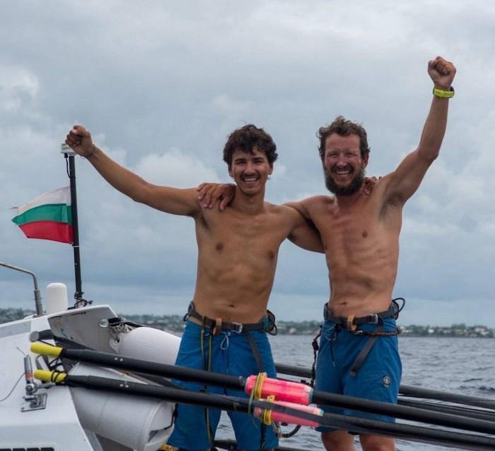 Максим и Стефан тържествено са вдигнали ръце в лодката в края на пътуването си през Атлантика. СНИМКИ: ЛИЧЕН АРХИВ