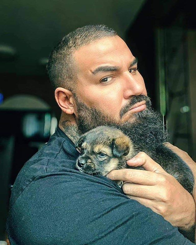 Азис с приемното кученце Мечи СНИМКА: Архив на Animal Rescue Sofia