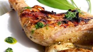 Пиле на скара с песто от левурда и босилек