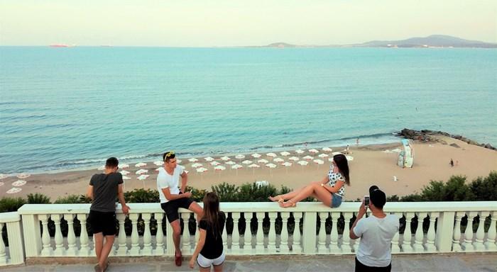 Терасата до Морското Казино с изглед към плажа и целия залив е сред харесваните места за снимки в Бургас.