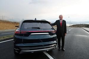 Президентът Ердоган позира до първия турски електромобил, който се очаква да започне да се произвежда от догодина.