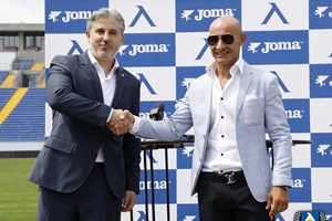 """Директорът на """"Левски"""" Павел Колев и представителят на Joma за България Валентин Николов обявиха подробности за екипите за сезон 2020/2021. СНИМКА: LEVSKI.BG"""