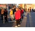 Младите търпеливо изчакват контролата пред магазини в София (Снимки)