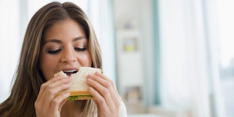 Сандвичът с бял хляб е бърза вечеря.