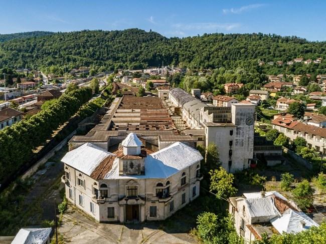 Сградата на фабриката в Лавено Момбело, видяна от високо.