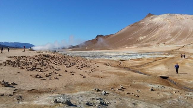 Вулканът Крафла. Тук магмата стига до повърхността и образува серни кални гейзери.