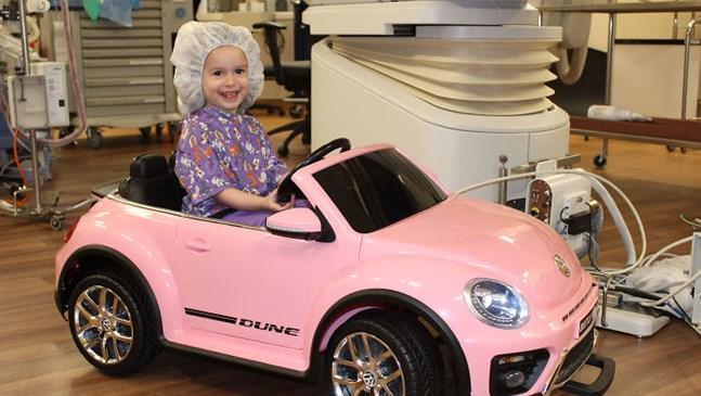 Болница дава на децата мини коли, с които да влязат в операция, за да намали страха им