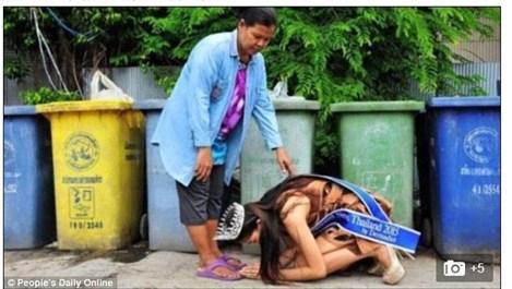 Кралица на красотата в Тайланд коленичи пред майка си в знак на благодарност (Снимки)