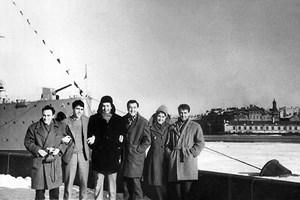 """С групата, в която са Емил Димитров и Мария Косева, пред крайцера """"Аврора"""" СНИМКИ: ЛИЧЕН АРХИВ"""