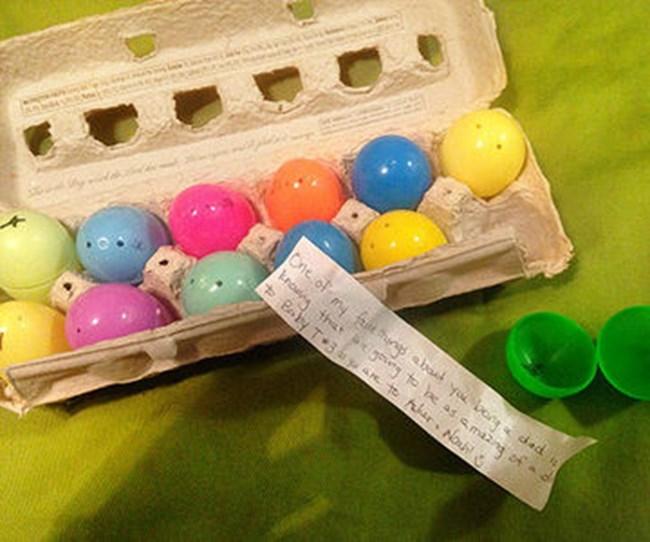 Кутия с празнично боядисани яйца, включваща съобщение, написано на хартия.