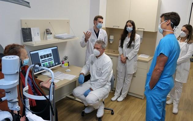 """Д-р Клаес обсъжда случаите на всеки един пациент с екип от специалисти и специализанти на Очна клиника """"Вижън"""". СНИМКИ: РУМЯНА ТОНЕВА"""