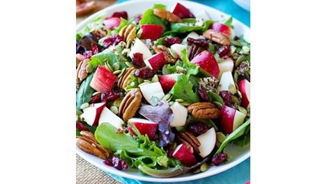 Свежа салата с ябълки и червени боровинки
