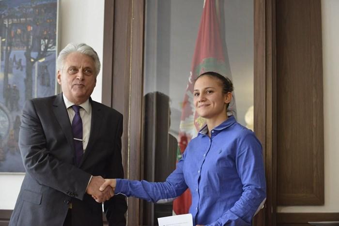 Рашков, след като връчи на олимпийската ни шампионка по карате Ивет Горанова договора за назначаването й като инструктор в Академията на МВР. Снимка  ЙОРДАН СИМЕОНОВ