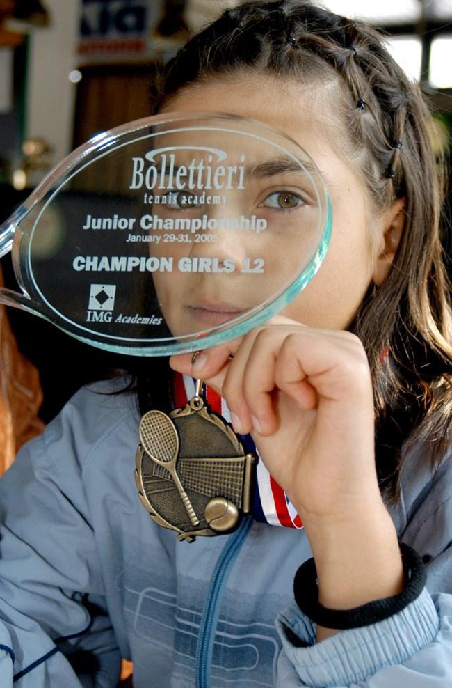 Вики с трофея от турнира в академията на Ник Болетиери