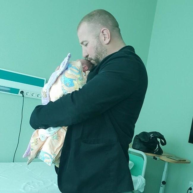 Динко прегръща за първи път малката Виктория