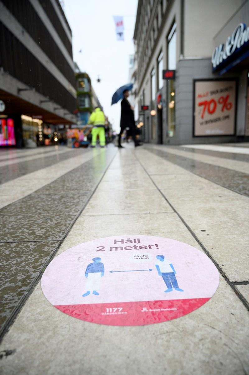 Знак в столицата на Швеция, който напомня за спазването на дистанция като мярка срещу разпространението на COVID-19 СНИМКА: Ройтерс